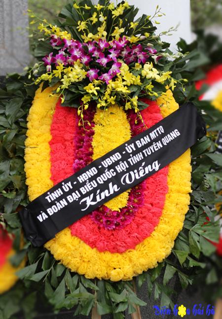 Đặt vòng hoa truyền thống có chùm hoa lan tại Hà Nội