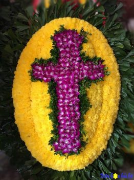 Đặt vòng hoa viếng người theo đạo Thiên Chúa tại Hà Nội