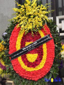 Vòng hoa tang lễ tại Hà Nội cỡ lớn có chùm hoa lan vàng