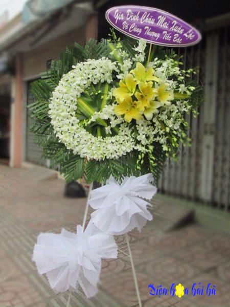 Mẫu 25: Vòng hoa viếng đám tang tại nhà tang lễ TP HCM màu trắng hiện đại. Liên hệ đặt 0919253139 (hoặc zalo).