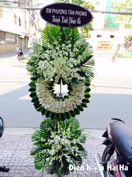Mẫu 22: Vòng hoa viếng đám tang tại nhà tang lễ TP HCM màu trắng hiện đại. Liên hệ đặt 0919253139 (hoặc zalo).