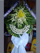 Đặt vòng hoa đám tang lan trắng ly vàng ở HCM