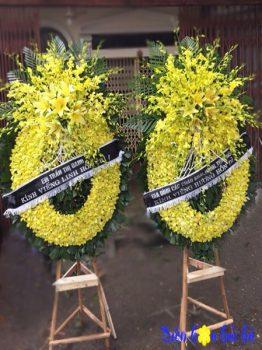 Vòng hoa tang lễ hoa lan vàng viếng người cao tuổi tại Hà Nội