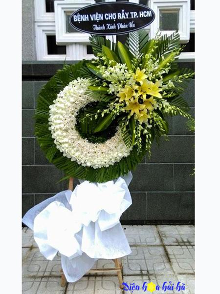 Mẫu 20: Vòng hoa viếng đám tang tại nhà tang lễ TP HCM màu trắng hiện đại. Liên hệ đặt 0919253139 (hoặc zalo).