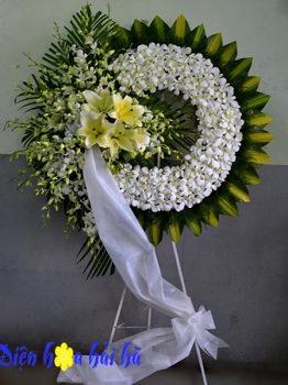 Đặt vòng hoa tang lan thái trắng cắm tròn ở Hà Nội