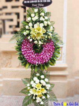 Đặt vòng hoa tím trắng viếng người cao tuổi tại Hà Nội