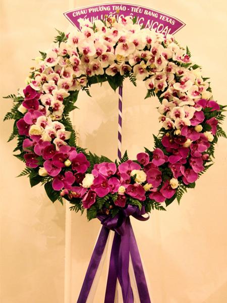 Mẫu 16: Vòng hoa viếng đám tang tại nhà tang lễ TP HCM màu tím, trắng. Liên hệ đặt 0919253139 (hoặc zalo).