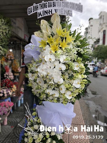 Mẫu 14: Đặt Vòng hoa viếng đám tang tại nhà tang lễ quận 5 thành phố Hồ Chí Minh, vòng hoa màu trắng. Liên hệ đặt 0919253139 (hoặc zalo).