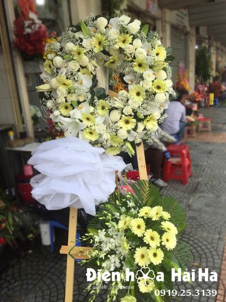 Mẫu 11: Đặt Vòng hoa viếng đám tang tại nhà tang lễ quận 5 thành phố Hồ Chí Minh, vòng hoa màu trắng. Liên hệ đặt 0919253139 (hoặc zalo).