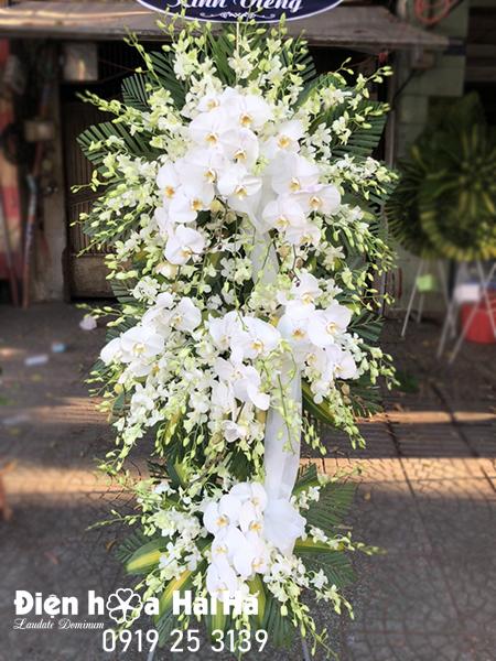 Mẫu 37: Vòng hoa viếng đám tang tại nhà tang lễ TP HCM màu trắng hiện đại. Liên hệ đặt 0919253139 (hoặc zalo).