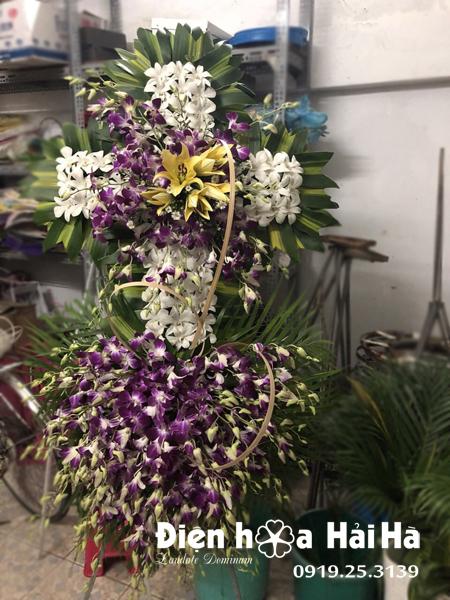 Mẫu 10: Vòng hoa viếng đám tang tại nhà tang lễ TP HCM biểu tượng hình thập giá. Liên hệ đặt 0919253139 (hoặc zalo).