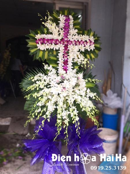 Mẫu 6: Vòng hoa viếng đám tang tại nhà tang lễ TP HCM biểu tượng hình thập giá. Liên hệ đặt 0919253139 (hoặc zalo).
