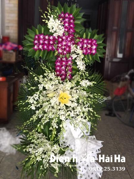 Mẫu 4: Vòng hoa viếng đám tang tại nhà tang lễ TP HCM biểu tượng hình thập giá. Liên hệ đặt 0919253139 (hoặc zalo).