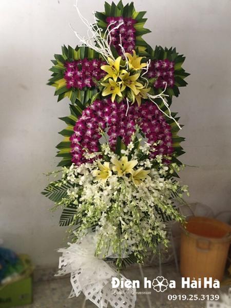 Mẫu 2: Vòng hoa viếng đám tang tại nhà tang lễ TP HCM biểu tượng hình thập giá. Liên hệ đặt 0919253139 (hoặc zalo).