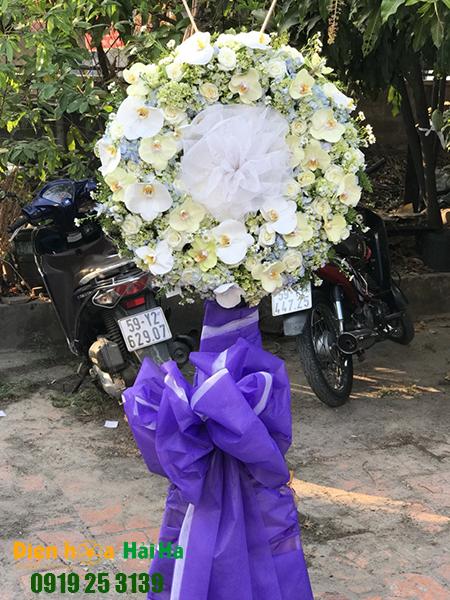 Mẫu 4: Đặt Vòng hoa viếng đám tang tại nhà tang lễ quận 5 thành phố Hồ Chí Minh, vòng hoa màu trắng hiện đại. Liên hệ đặt 0919253139 (hoặc zalo).
