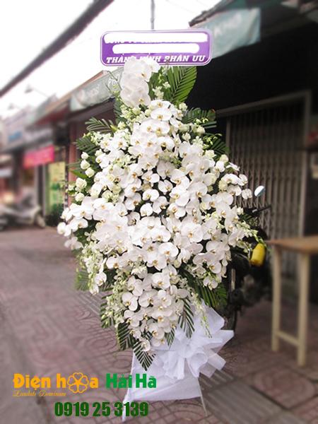 Mẫu 1: Đặt Vòng hoa viếng đám tang tại nhà tang lễ quận 5 thành phố Hồ Chí Minh, vòng hoa màu trắng hiện đại. Liên hệ đặt 0919253139 (hoặc zalo).