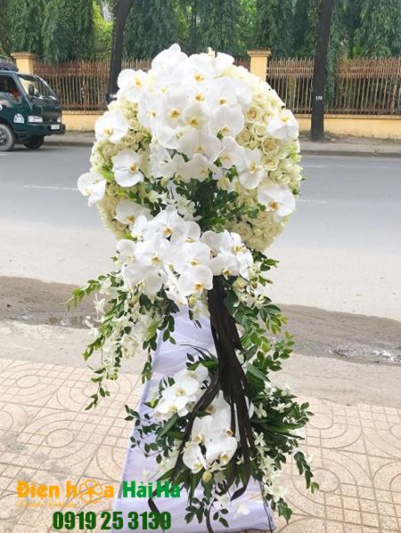 Mẫu 2: Đặt Vòng hoa viếng đám tang tại nhà tang lễ quận 5 thành phố Hồ Chí Minh, vòng hoa màu trắng hiện đại. Liên hệ đặt 0919253139 (hoặc zalo).