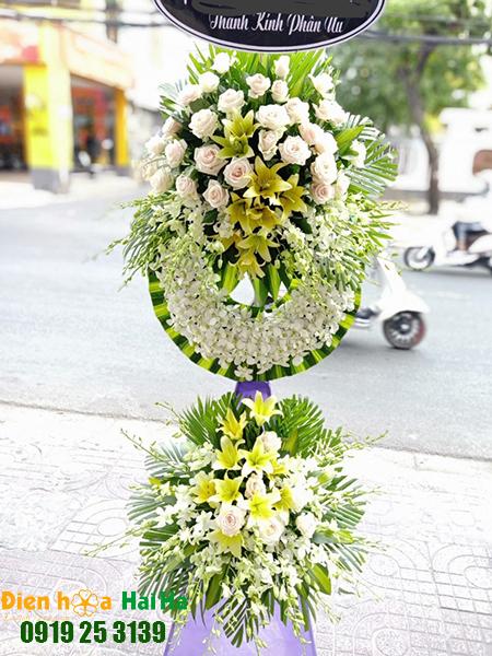 Mẫu 34: Vòng hoa viếng đám tang tại nhà tang lễ TP HCM màu trắng hiện đại. Liên hệ đặt 0919253139 (hoặc zalo).