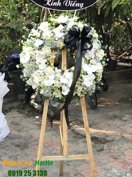 Mẫu 33: Vòng hoa viếng đám tang tại nhà tang lễ TP HCM màu trắng hiện đại. Liên hệ đặt 0919253139 (hoặc zalo).