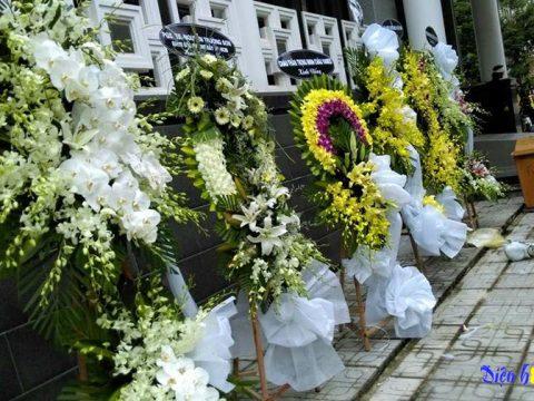 Đặt vòng hoa viếng đám tang tại Quận 1 Hồ Chí Minh