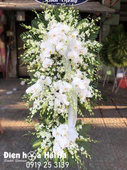 Mẫu 1.3: (#HV-154VN) Vòng hoa chia buồn lan trắng, hồ điệp sang trọng, thành kính. Giá: 2.500.000 ₫