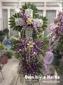 Lẵng hoa chia buồn hình thập giá lan tím trắng tại HCM