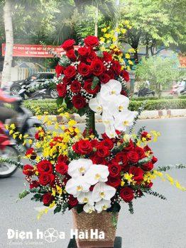 Giỏ hoa chúc mừng hồng đỏ hồ điệp trắng tặng Sếp