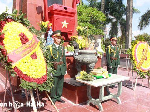 Đặt vòng hoa viếng Nghĩa trang liệt sỹ 27/7 tại Hà Nội