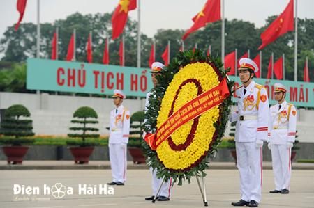 Mẫu 1-1: Vòng hoa viếng liệt sỹ của Nhà nước gửi viếng 27-7. Gía 1,500,000 vnd. Liên hệ 0983698184 (zalo & viber)