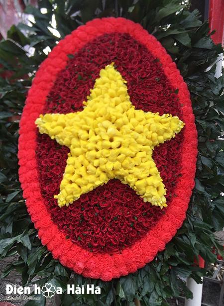 Mẫu 3: Vòng hoa viếng hình sao vàng 27-7. Gía 2,000,000 vnd.